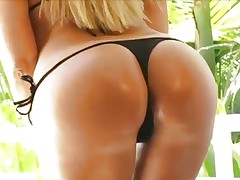 Vaga Vixen gets her awesome butt cheeks out